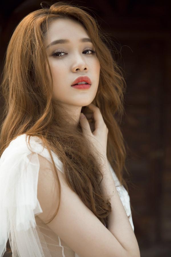 Trang phục gam trắng rất phù hợp với vẻ đẹp và tính cách của Quỳnh Hương.