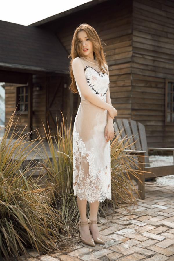 Quỳnh Hương đẹp mong manh khi diện váy trắng