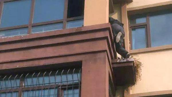 Anh Li bất chấp nguy hiểm leo lên tầng 3 cứu bà cụ.