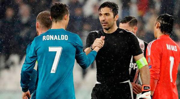 Theo Marca, sau khi bắt tay với các đồng đội và các cầu thủ Real, Buffon dành tặng cái bắt tay cuối cùng cho C. Ronaldo.