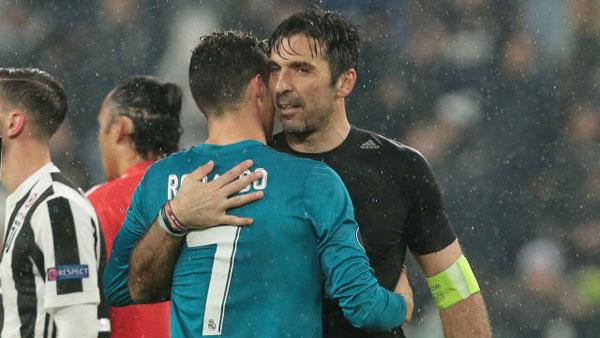 Buffon và C. Ronaldo ôm nhau thân tình một lúc lâu.