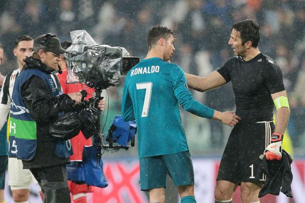 Buffon và C. Ronaldo hút ống kính khi tiếng còi trận đấu vang lên. Thủ thành người Italy và chân sút Bồ Đào Nha tiến tới chào hỏi thân tình sau khi Juve thảm bại trên sân nhà 0-3 trước Real. Hai lần phải vào lưới nhặt bóng sau các cú sút của C. Ronaldo nhưng Buffon vẫn rất tôn trọng đối thủ. Hành động của cả hai danh thủ sau trận được các fan ca ngợi là đẳng cấp, chuyên nghiệp.