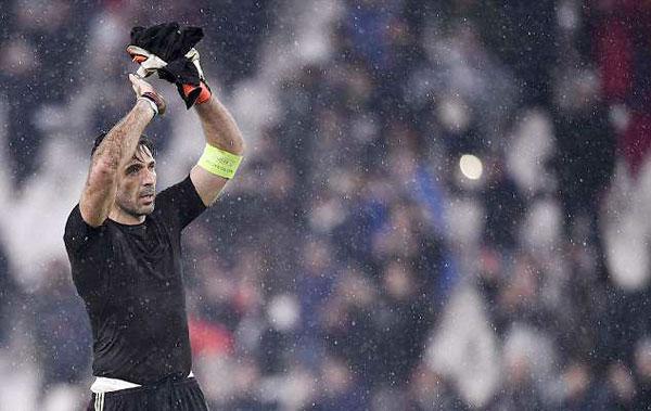 Trước khi ôm và đổi áo với C. Ronaldo, Buffon ngậm ngùi chào khán giả nhà cả 4 góc khán đài, như một lời tạm biệt vì có thể một lần nữa lại lỡ hẹn với giấc mơ Champions League.