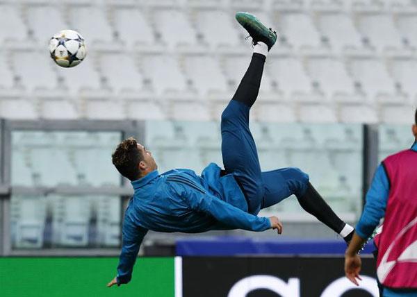 Một ngày trước trận tứ kết lượt đi, C. Ronaldo miệt mài tập động tác ngả người ghi bàn...