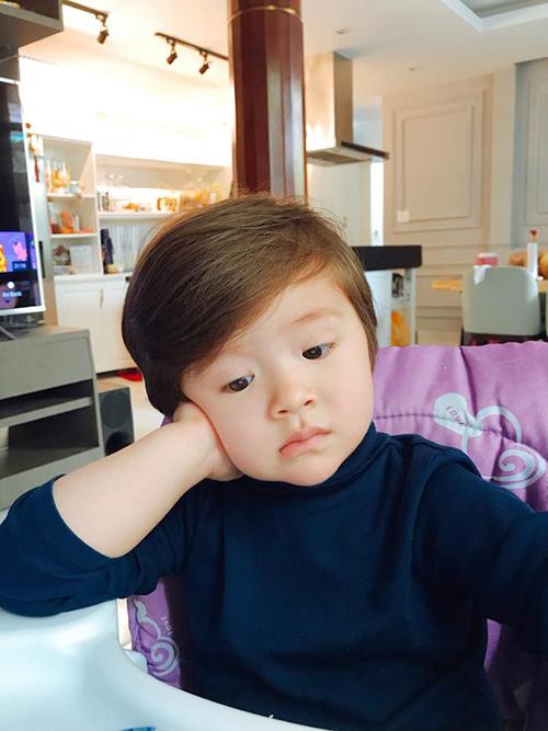 Biểu cảm như ông cụ non của bé Túc Mạch khiến nhiều fan bất cười. Mẹ Elly Trần viết: Haiz. Hôm nay bổn thiếu gia bỗng thấy không vui trong bụng.