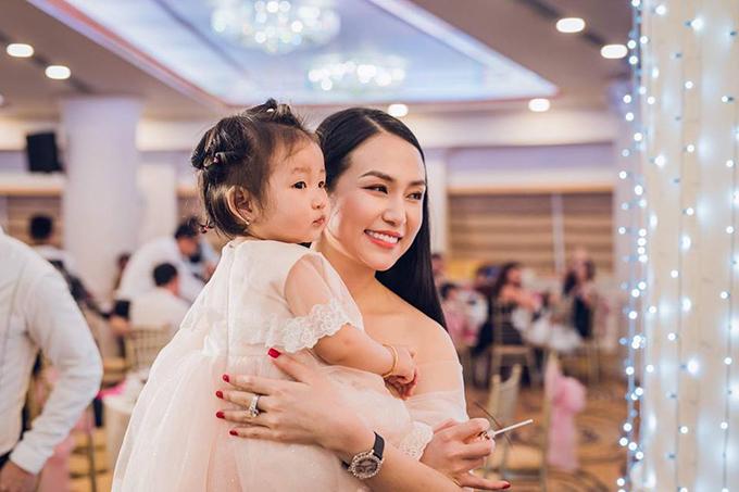 Bà xã Tuấn Hưng đăng ảnh bên con gái Son cùng bình luận: Búp bê của mẹ, ai cũng bảo em giống mẹ quá nhưng mà là xinh hơn mẹ nhiều nhiều.