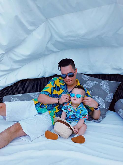Hai bố con Việt Anh diện trang phục sặc sỡ trong chuyến du lịch. Nam diễn viên bình luận: Ông em trai nhất định không chịu kém ông anh trai về khoản màu mè.