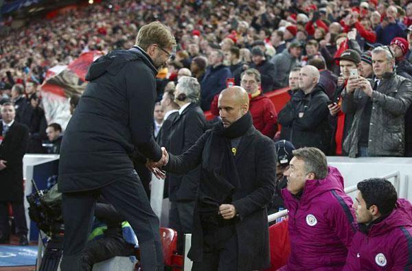 HLV Guardiola không thể nở nụ cười xã giao khi đồng nghiệp bên phía Liverpool bắt tay sau trận đấu. Hai trợ lý của HLV Man City kín đáo quan sát nét mặt của ông sau trận thua đau.