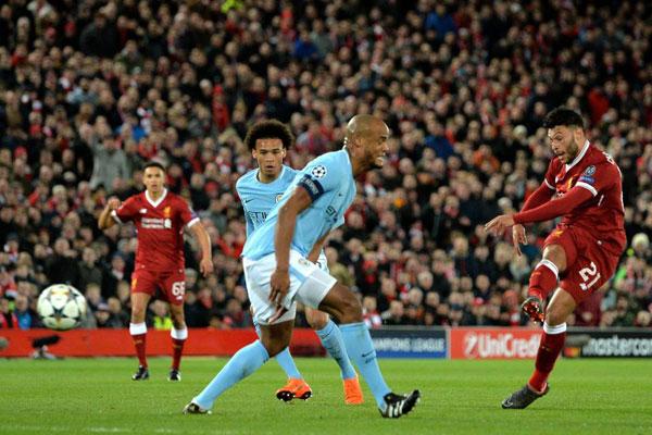 Oxlade-Chamberlain nâng tỷ số lên 2-0 chưa đầy 10 phút sau khi tiền đạo người Ai Cập lập công.