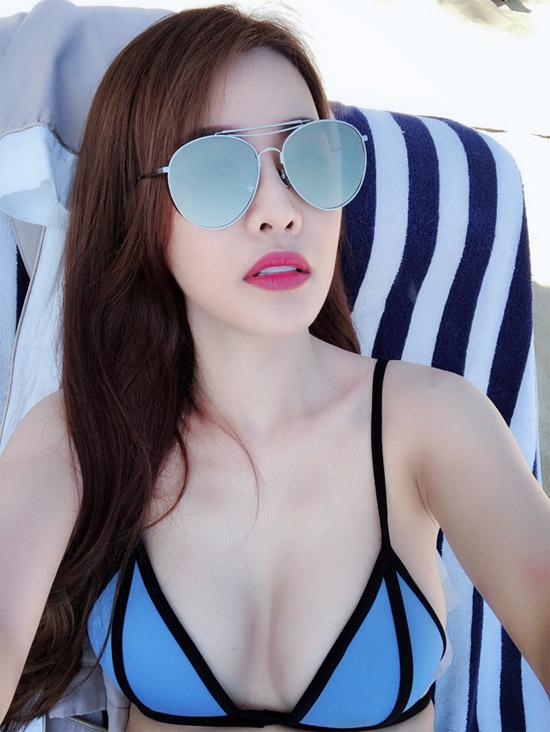 Sau vụ tố Trường Giang, Quế Vân mặc bikini, khoe dáng trên bãi biển