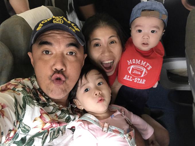 Nghệ sĩ Quốc Thuận nhí nhảnh bên bà xã và hai con cưng.