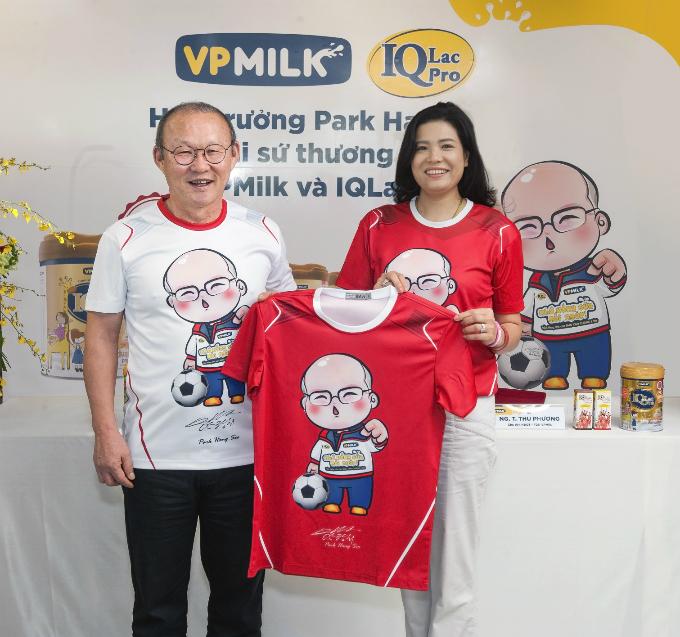 HLV Park Hang-seo và bà Nguyễn Thị Thu Phương, Tổng Giám đốcVPMilk tại buổi lễ ký kết.