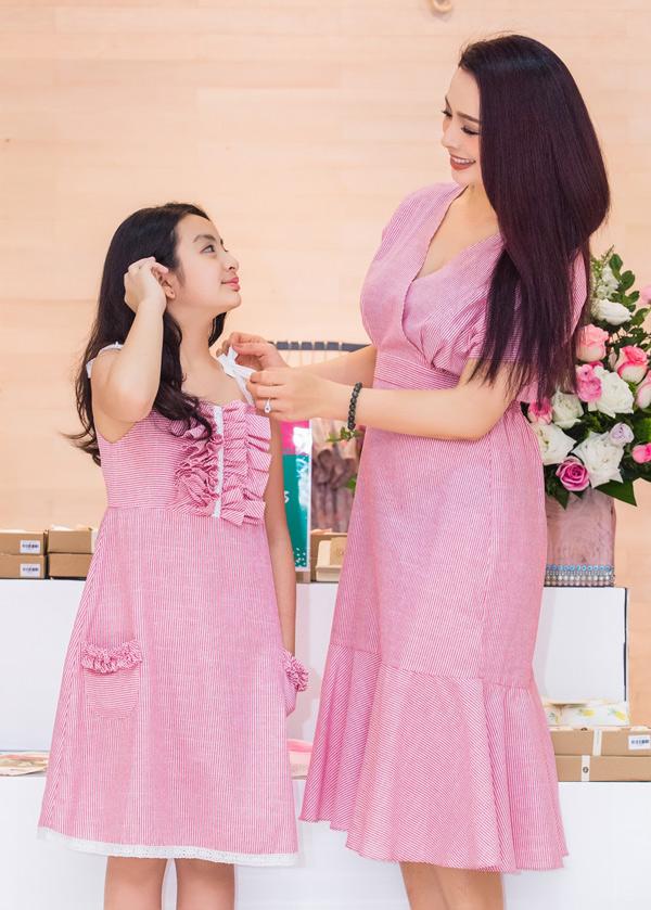 Mẹ con Thúy Hằng dự buổi khai trương một cửa hàng thời trang dành cho mẹ và bé.