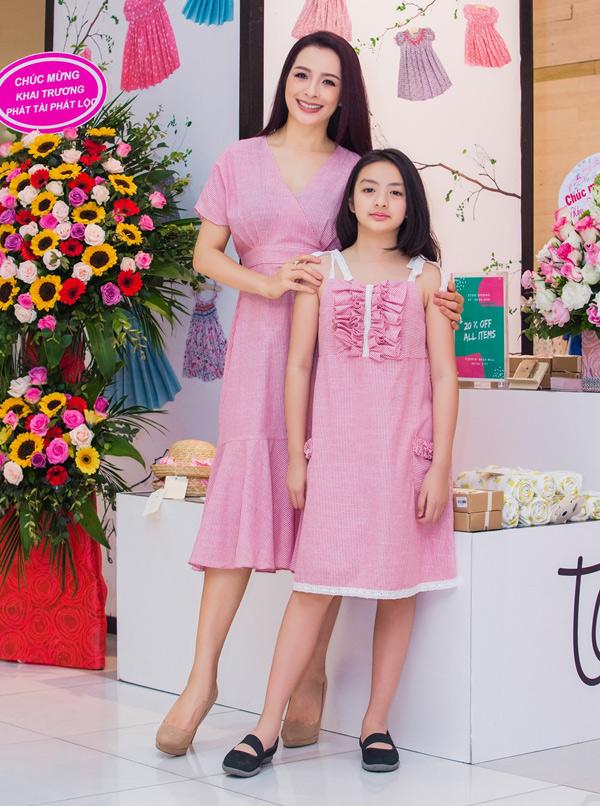 Con gái cựu người mẫu là bé Bông được 10 tuổi, đã cao đến vai mẹ.