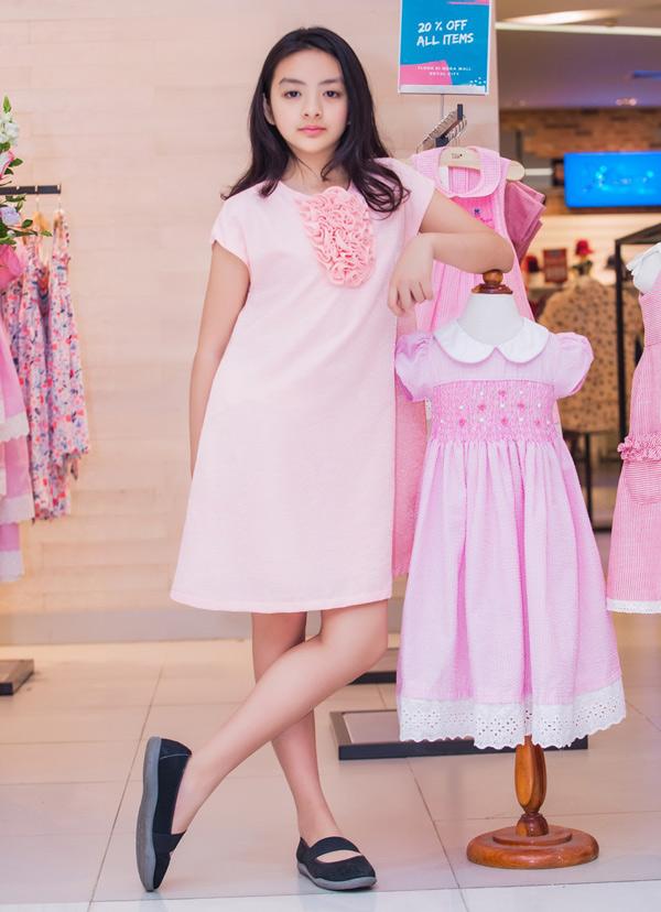 Bé Bông yêu thích thời trang từ nhỏ. Cô bé điệu đà không kém mẹ.