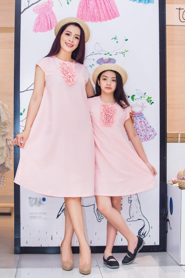 Hai mẹ con trông tình cảm, đáng yêu khi mặc váy đôi, tạo dáng trước ống kính.