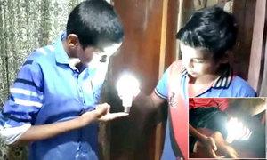 Cậu bé người Ấn Độ có thể khiến bóng đèn phát sáng