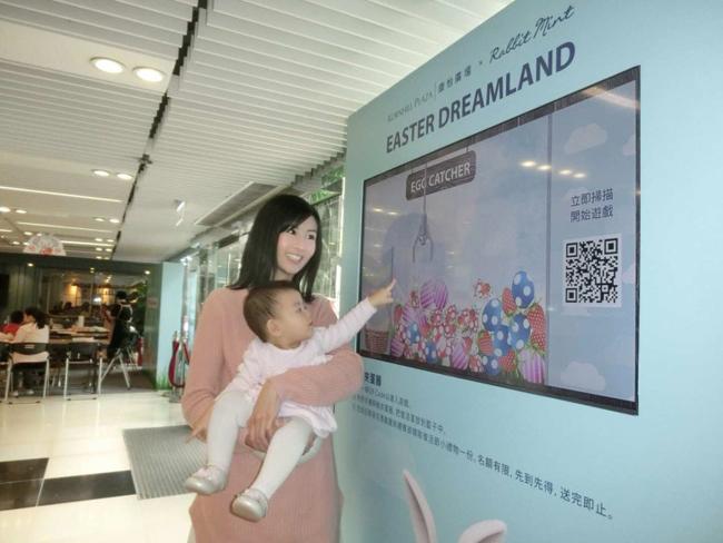 Triệu Triết Dư và con gái tham gia hoạt động hôm 4/4.