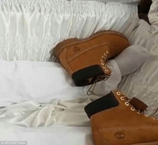 Đôi giày của Sheron được những người họ hàng đặt vào quan tài.