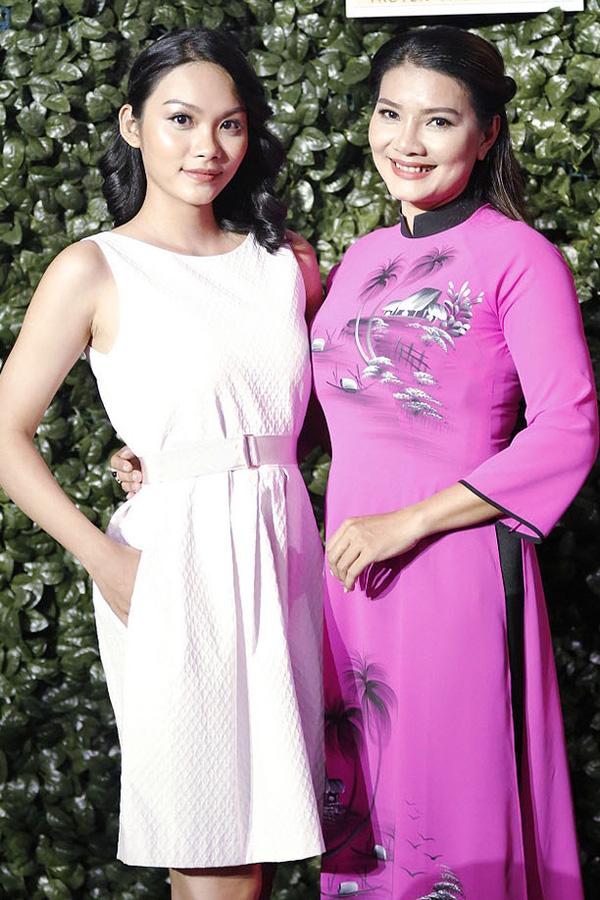 Kiều Trinh và con gái Thanh Tú đi họp báo giới thiệu gameshow mới Gia đình nghệ thuật, chiều 5/4. Nữ diễn viên mặc áo dài duyên dáng, còn Thanh Tú diện váy trắng trẻ trung.