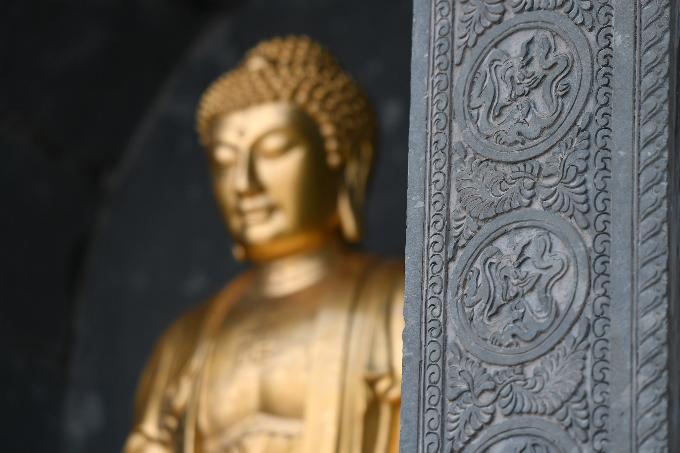 Từng chi tiết chạm khắc trên đá, tượng, cửa gỗ mộc mạc tái hiện lại nền mỹ thuật Việt thời Trần một cách sinh động, chân thực.