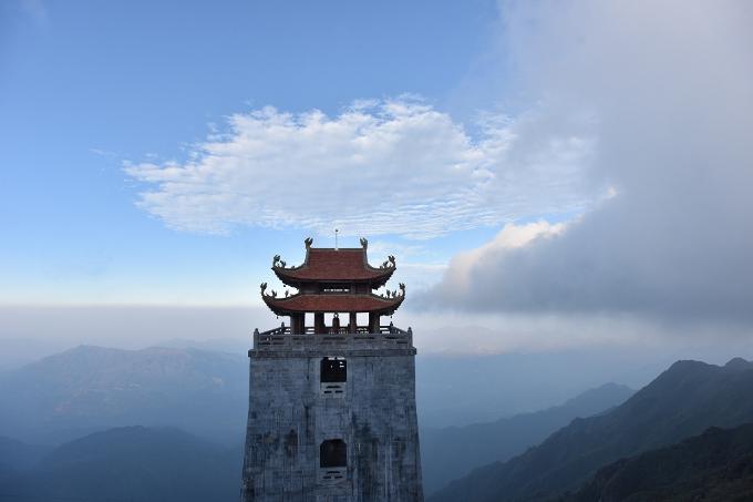 Đài gác Đại Hồng Chung ẩn hiện trong lớp mây với lầu chuông tám mái. Để làm nên công trình này, những phiến đá xanh và ngói phục chế đã được vận chuyển kỳ công lên độ cao 3.000m rồi khéo léo sắp đặt cho tiệp với thiên nhiên, núi rừng.