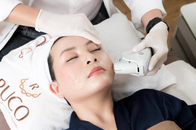 Chị Ngọc trải nghiệm giải pháp làm đẹp tại Ruco International Clinic - trung tâm thẩm mỹ tập trung nhiềucông nghệ trị da mới.