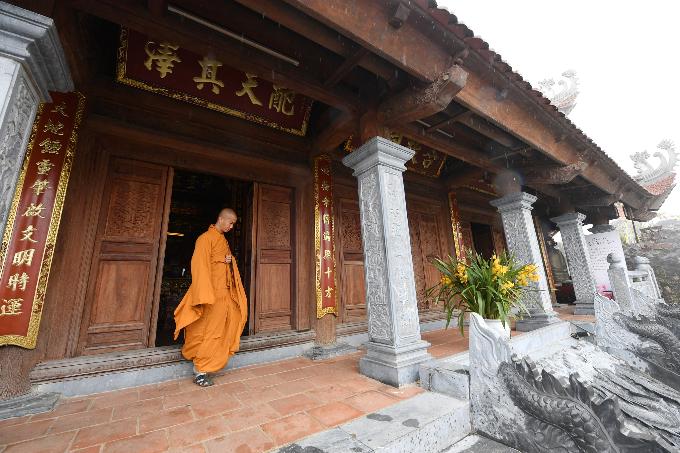 Ngay từ ga đi cáp treo Fansipan, Bảo An Thiền Tự đón khách bộ hành bằng sự bình dị, thân thuộc của nét kiến trúc tâm linh truyền thống, kế thừa từ những tiền mẫu di tích kiến trúc gỗ cổ xưa như chùa Bối Khê, chùa Thầy&