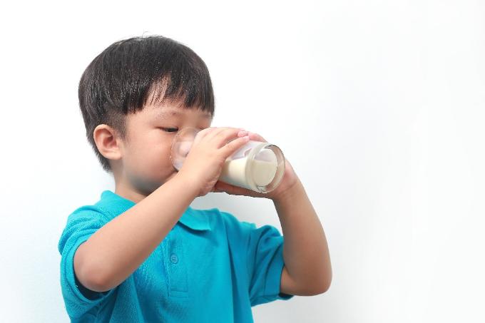 Bổ sung sữa tươi vào bữa ăn hàng ngày giúp đảm bảo dinh dưỡng cần thiết cho bé.