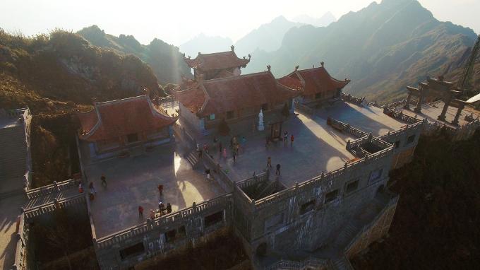 Từ Vọng Lĩnh Cao Đài, du khách di chuyển tiếp qua cổng trời để lên tới Bích Vân Thiền Tự nằm trên độ cao 3.025m. Đâylà điểm dừng chân đầu tiên tại ga được thiết kế với những bậc tam cấp, sân thềm, tam quan, đền thờ Tổ, thờ Mẫu&
