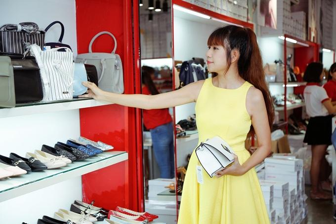 Là khách hàng thân thiết của Juno, Minh Hà không bỏ qua cơ hội mua giày và túi xách với mức giá hấp dẫn từ thương hiệu này. Cô tiết lộ rất ấn tượng Juno bởi những mặt hàng chất lượng, mức giá hợp lý và đặc biệt là sự chiều lòng khách hàng khi liên tiếp tổ chức các chương trình khuyến mãi.
