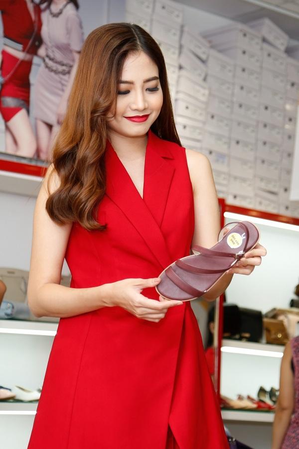 Người mẫu Ninh Hoàng Ngân cẩn thận lựa chọn các sản phẩm ưng ý.