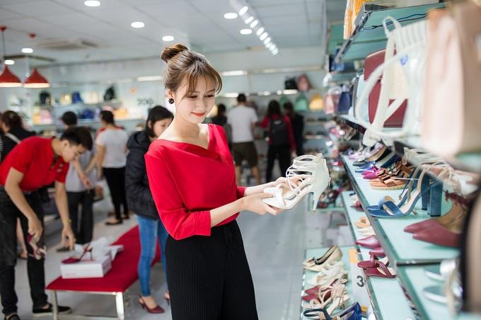 Hương Giang - nữ diễn viên Sống chung với mẹ chồng tranh thủ đến cửa hàng Juno để mua giày giá 200.000 đồng phục vụ cho công việc cũng như dạo chơi.