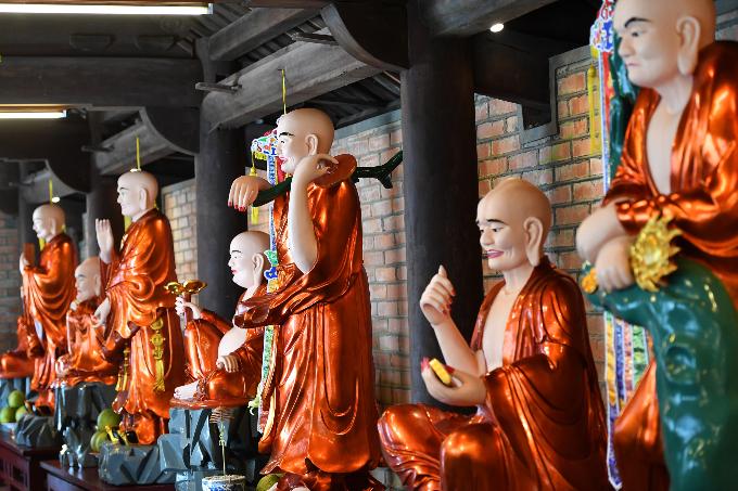 Tại đây, nghệ thuật điêu khắc tượng và vẻ đẹp tâm linh được thể hiện rõ nét, tinh tế.18 vị La Hán được sơn son thếp vàng ngự dọc hành lang Tả Vu, Hữu Vu, với đủ sắc thái, biểu cảm của cuộc đời.