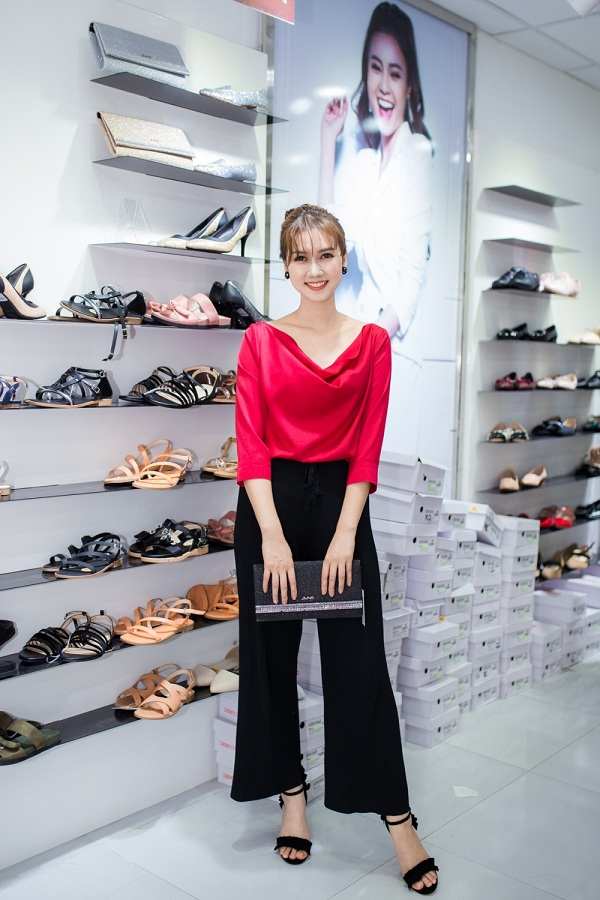 Nữ diễn viên còn lựa chọn mẫu giày, túi xách đồng giá 300.000 đồng đến 500.000 đồng để dành tặng cho bạn bè, người thân.