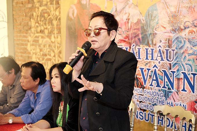 Đạo diễn Hoa Hạ tại họp báo.