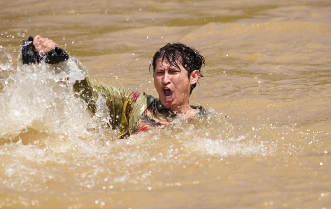 Các diễn viên phải băng rừng, lội suối, dầm mình dưới nước rất cực khổ khi quay phim này. Huy Khánh có lúc bị kiệt sức vì liên tục phải quay cảnh chạy trốn, vấp ngã trên phim trường.