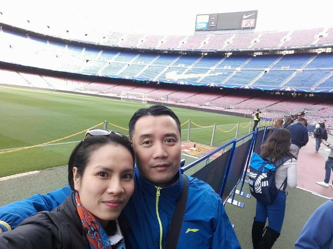 Chuyến tham quan sân Nou Camp đầy cảm xúc cảu Hồng Việt - Thu Trang - 1