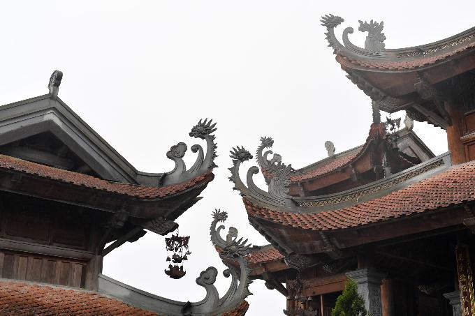 Mái ngói cổ phục chế kể câu chuyện về những nếp chùa Việt. Góc mái cong mang những hình mẫu rồng, phượng được phục dựng tỉ mỉ theo các di chỉ thành Thăng Long xưa.