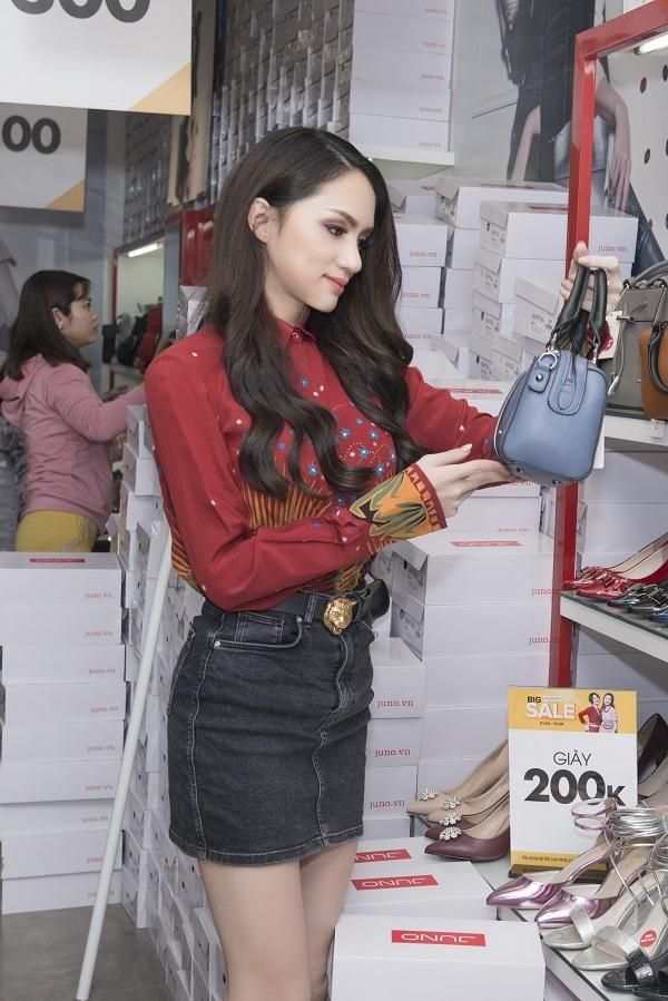 Hoa hậu Hương Giang là khách hàng có mặt tại cửa hàng Juno trong ngày khuyến mãi đầu tiên. Người đẹp quyết tâm làm mới tủ giày bằng những đôi giày cao gót, màu sắc nhã nhặn. Tân hoa hậu Chuyện giới còn thích thú lựa chọn trước loạt mẫu túi kiểu dáng đẹp, giá hấp dẫn.