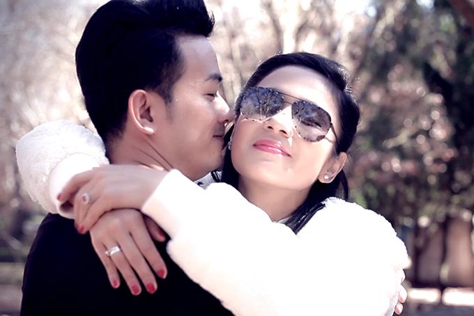 Dù chênh lệch về tuổi tác, Minh Tuấn và Việt Trinh vẫn diễn cảnh tình cảm rất ăn ý. Nam ca sĩ nói, giữa họ không có chút ngại ngùng nào.