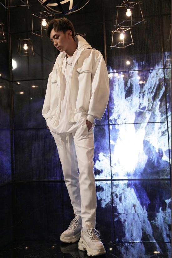 Với cách chọn dáng trang phục phom rộng, Soobin đã tạo nên một hình ảnh rất phóng khoáng nhưng cũng rất hợp với dáng vóc của mình.    Màu trắng luôn khiến người mặc trông đầy đặn hơn, phụ kiện đi kèm là đôi giày đế thô - Balenciaga triple S cùng tông.