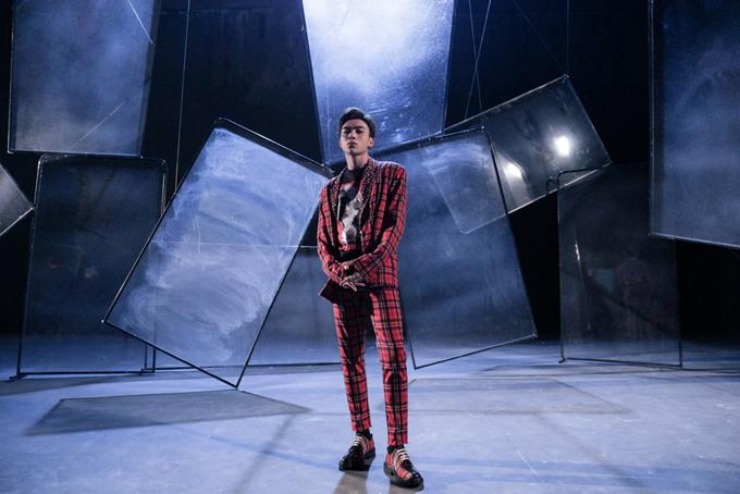 Công thức phối đồ đồng bộ matchy matchy được stylist áp dụng nhiều ca nam ca sĩ. Ngoài bộ cánh all-white anh còn sử dụng thêm suit kẻ sọc ca rô đi cùng giày có chung kiểu họa tiết.