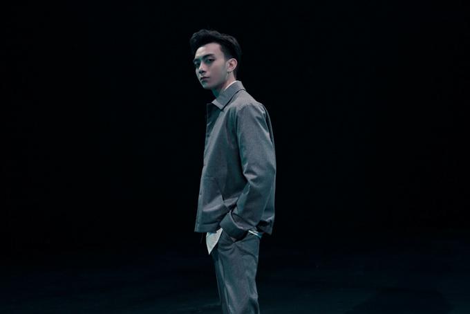 Không còn chọn những kiều trang phục đơn giản an toàn, những bộ cánh Soobin trong MV mới của anh trông cá tính hơn và đi theo đúng khuynh hướng thời trang nam năm 2018.