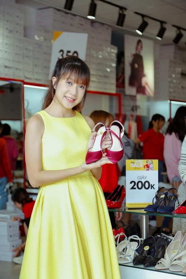 Khi biết thông tin về Big Summer Sale, bà xã Lý Hải đã tranh thủ thời gian nghỉ trưa để trốn chồng con đến mua giày khuyến mãi giá 200.000 đồng.