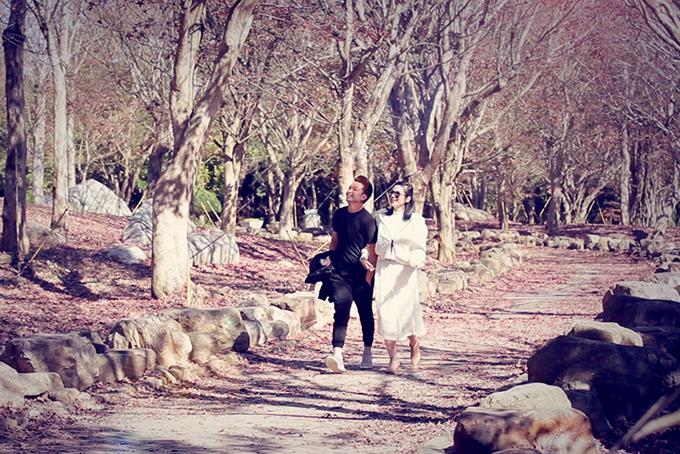 Với MV đóng cùng Việt Trinh, Minh Tuấn xem như món quà chuộc lỗi với người hâm mộ vì đã để họ chờ đợi quá lâu. Ca khúc Chân thành nên tổn thương của nhạc sĩ Thiên Dũng viết riêng cho nam ca sĩ.