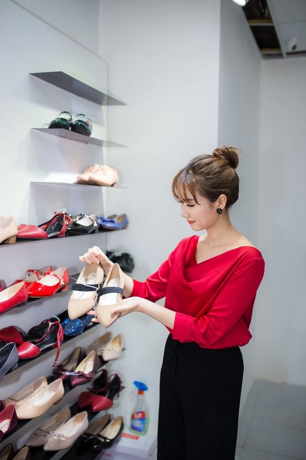 Ngoài giày cao gót tham gia các sự kiện, những mẫu giày đế thấp cũng được Hương Giang tận dụng triệt để mỗi lần dạo phố.