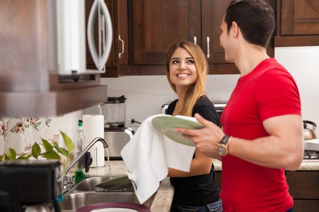 Chia sẻ việc nhà. Theo một nghiên cứu do Trung tâm Nghiên cứu Pew thực hiện, chia sẻ việc nhà là chìa khóa quan trọng của các đôi có tình yêu bền lâu. Những đôi lãng mạn, hay chia sẻ các công việc nhà hàng ngày cùng nhau, có xu hướng cảm thấy được hỗ trợ hơn. Họ cũng thấy thỏa mãn trong đời sống tình yêu của mình. Nếu bạn lười biếng khi ở nhà, hãy cố gắng thể hiện sự cảm kích với việc đối phương làm bằng cáchnói những câu đơn giản như cảm ơn anh/em.