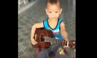 Bé trai 5 tuổi vừa gõ song lang vừa chơi đàn guitar 'Vọng kim lang'