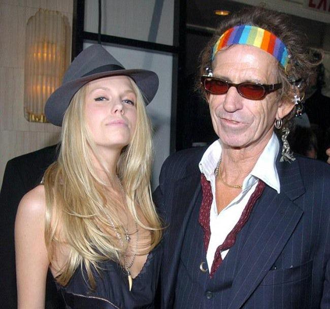 Cô con gái sinh năm 1985 của huyền thoại nhạc rock Keith Richards (nhóm The Rolling Stones) từng bị còng tay đưa về đồn vào năm 2011. Theodora bị một nhân viên cảnh sát phát hiện vẽ bậy trên tường tu viện và trên người cô lúc đó đang có cần sa và một loại chất gây nghiện khác.